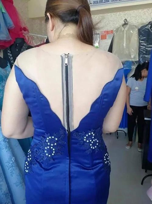 Không hiểu chiếc khoá kéo lộ liễu này có giá trị thẩm mỹ như thế nào đối với bộ đầm dạ hội?