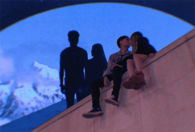 [Captionrước khi thành phố LA có lệnh phong toả. Cả ekip đã quay thâu đêm suốt sáng trong thời tiết 10 độ C để có thể bắt trọn được những hình ảnh đẹp nhất dành cho MV. Dù vất vả nhưng đây là một kỷ niệm vô cùng đáng nhớ của cả ekip nói chung, và cả cặp đôi Xuân Nghi-kny nói riêng. Qua cả 3 dự án đã được ra mắt, Xuân Nghi muốn đề cao sự sáng tạo của thế hệ trẻ, cũng như luôn mong muốn hợp tác để tạo ra những dự án nghệ thuật mới lạ hơn, và tạo không gian cho các bạn được thể hiện tài năng. Với Xuân Nghi thì collaboration is the perfect form to create arts (Sự hợp tác là cách thức hoàn hảo nhất để tạo ra một sản phẩm nghệ thuật), đó là lý do mà cô nàng đặt sự tin tưởng vào các ekip hoàn toàn mới cùng thực hiện ca khúc cũng như MV.