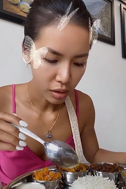 Minh Tú thưởng thức món món ăn nổi tiếng tại Indonesia.