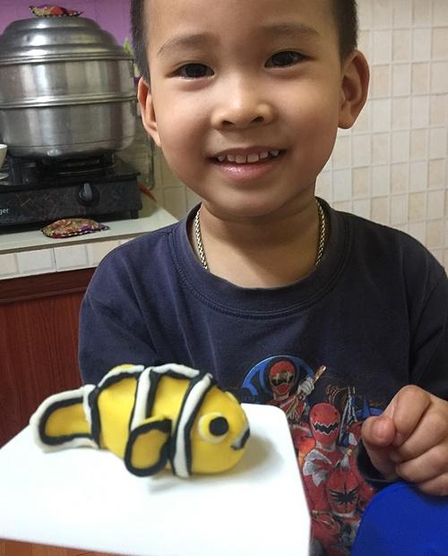 Không chỉ vào Tết Hàn thực (mùng 3/3 âm lịch), chị Kim Ngọc, sống tại Hà Nội, mới vào bếp làm món bánh trôi với đủ hình thù độc đáo, ngộ nghĩnh. Bởi đây là món tủ của hai cậu con trai chị Ngọc. Mỗi lần chị nhào bột, làm bánh, các bé cũng xắn tay làm cùng mẹ giống như một hoạt động vừa học vừa chơi. Những lúc đó, ba mẹ con vừa trao đổi với nhau về ý tưởng tạo hình bánh, tăng cường kết nối và cũng giúp các bé rèn tính kiên nhẫn.