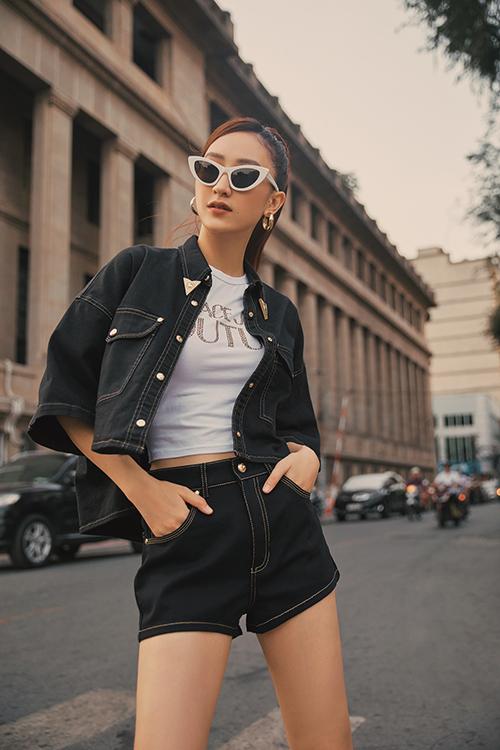 Suit denim đề cao sự năng động cũng được Hà Thu chọn lựa để khiến phong cách dạo phố thêm đa dạng.