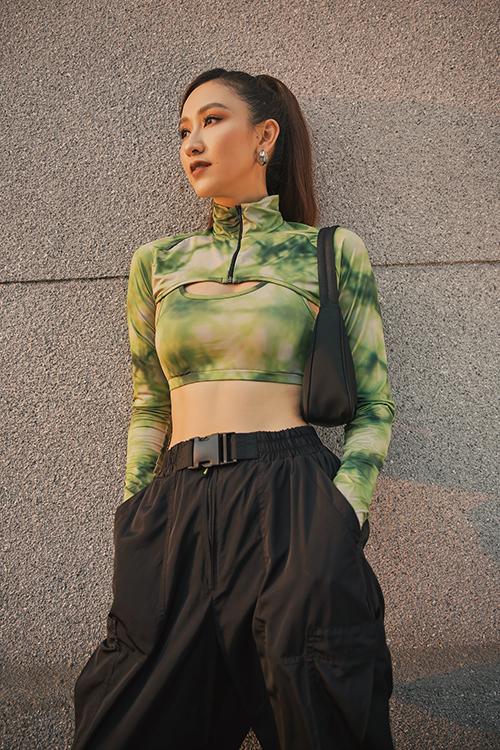 Áo hở eo luôn là trang phục được sao Việt ưa chuộng vào dịp hè. Hà Thu cũng chọn mẫu áo hợp mốt để tạo điểm nhấn cho phong cách thời trang dạo phố.