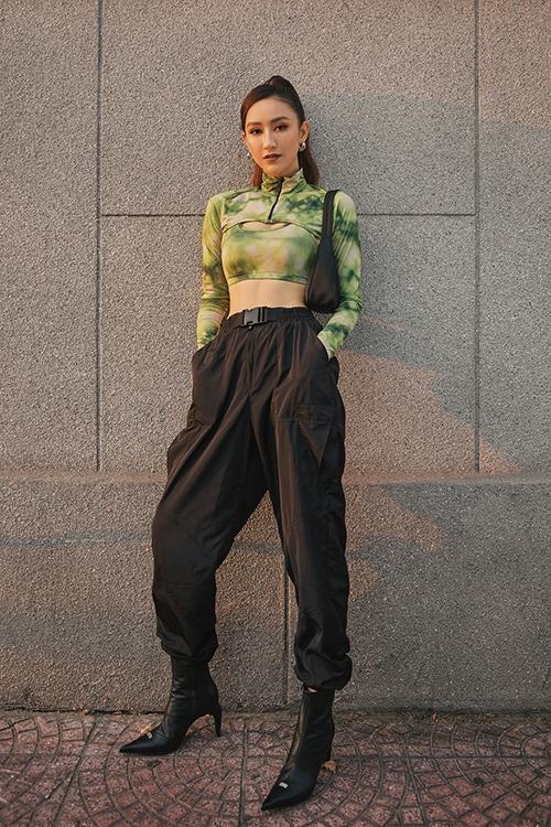 Trang phục cro-top màu omber được mix cùng quần jooger, bốt mũi nhọn và túi kẹp nách trên cùng một tông màu.