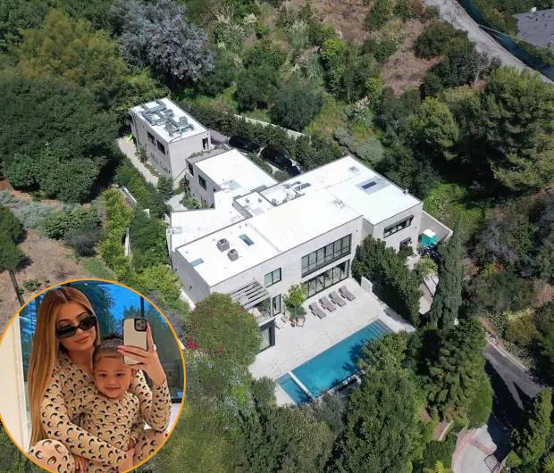 Kylie Jenner và con gái hai tuổi Stormi cấm cung suốt hai tuần trong biệt thự 13,5 triệu USD ở Beverly Hills. Nữ tỷ phú 22 tuổi cũng khuyên các fan thực hiện biện pháp giãn cách xã hội theo khuyến cáo của chính phủ. Thi thoảng, bạn trai cũ của Kylie là rapper Travis Scott đến thăm con gái.