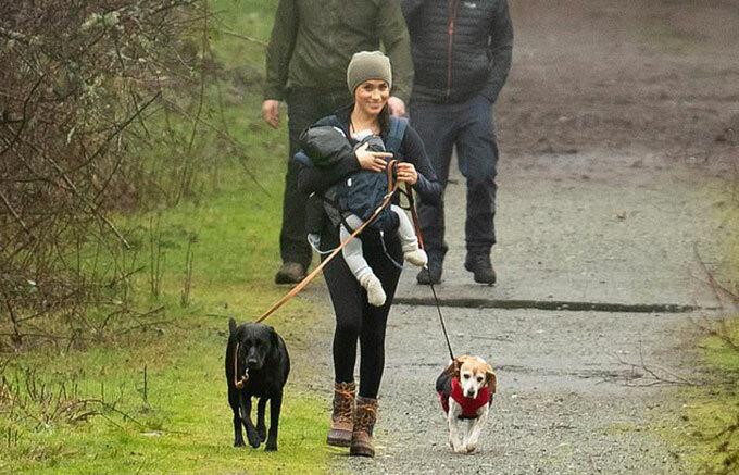 Meghan địu con, dắt chó đi dạo ở Vancouver, Canada hồi tháng 1. Ảnh: Backgrid.