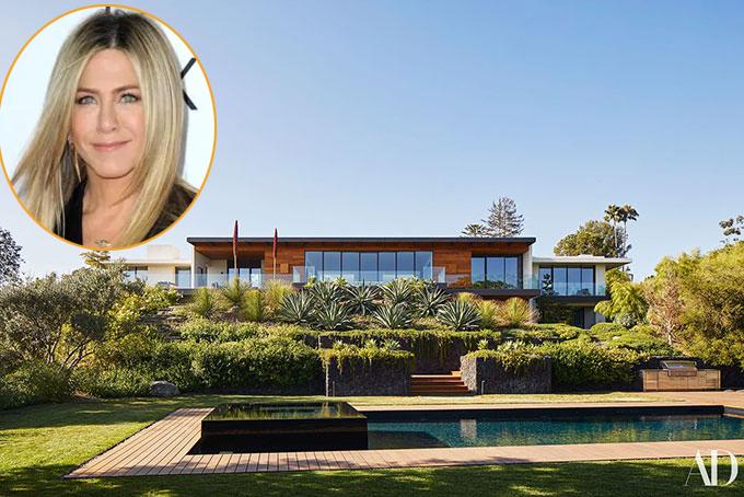 Jennifer Aniston tránh dịch trong biệt thự 21 triệu USD của cô ở Bel Air, Los Angeles. Cơ ngơi của nữ diễn viên độc thân rất rộng và nhiều cây xanh nên cô có thể thoải mái ở nhà trong những ngày Hollywood đóng băng vì dịch bệnh.