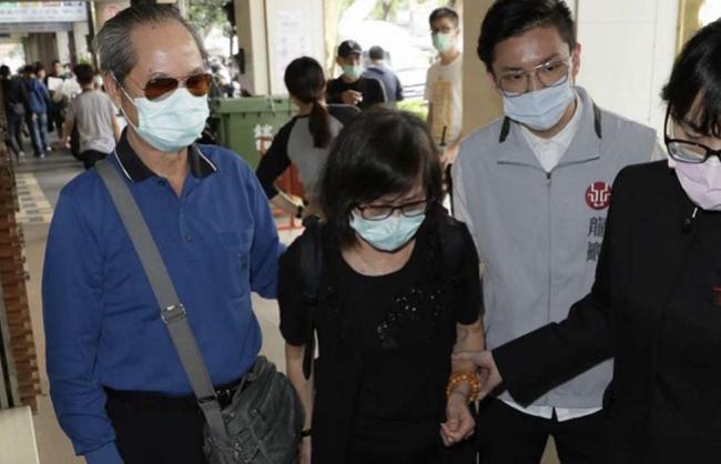 Bố mẹ Lưu Chân đến lễ tang con gái.