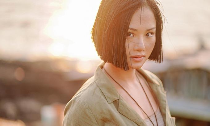 Tương tự Oanh Kiều, Miu Lê cũng căng thẳng với cảnh phim bơi ngược sóng ở đảo Phú Quý trong Anh thầy ngôi sao. Đây là cảnh quay hiếm hoi mà khi hoàn thành, cô mệt đến hoa mắt chóng mặt, bước đi mà không nhìn rõ đường, phải cố gồng mình để không ngất xỉu.