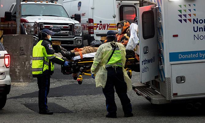 Hàng dài xe cấp cứu nối đuôi nhau tại bệnh viện ởElmhurst. Ảnh: NYT.