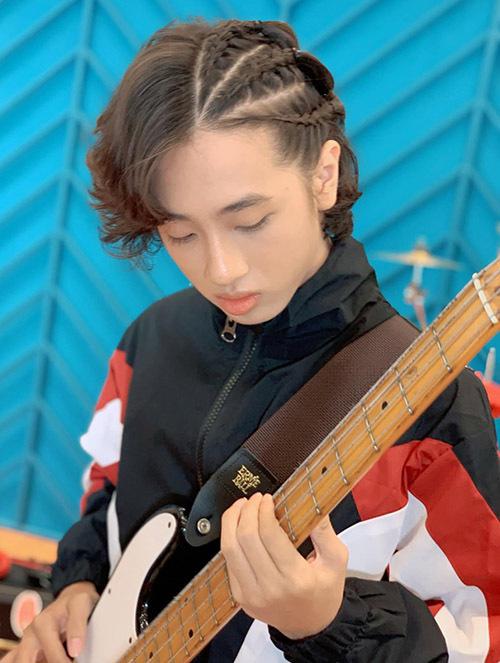 Mái tóc dài lãng tử được Gia Khiêm tạo nhiều kiểu khác nhau phù hợp với từng loại trang phục.