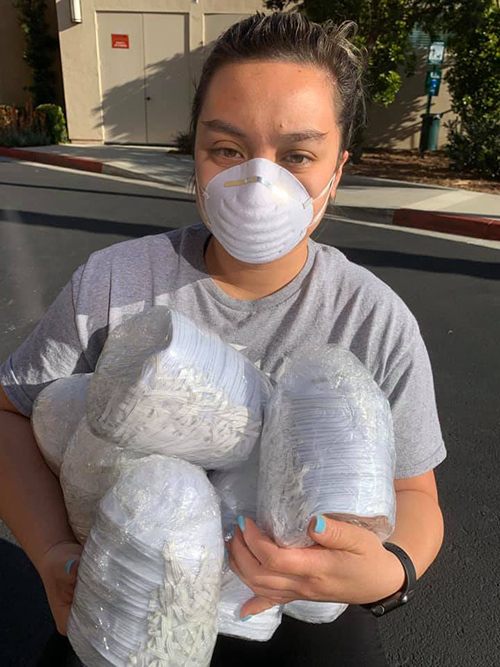 Con gái Phi Nhung nhận khẩu trang do mẹ gửi đến bệnh viện.