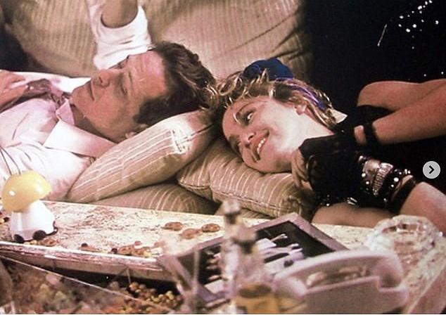 Nữ hoàng nhạc pop Madonna tưởng nhớ Mark Blum với bức ảnh cũ cùng ông trong phim Desperately Seeking Susan.
