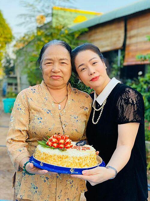 Nhật Kim Anh mừng sinh nhật mẹ: Cảm ơn mẹ vì đã luôn bên con, động viên tin tưởng con những lúc tưởng chừng như cả thế giới quay mặt với con.Con cầu nguyện mỗi ngày cho mẹ lúc nào cũng thật khoẻ mạnh, sum vầy cùng con cháu.Yêu mẹ!
