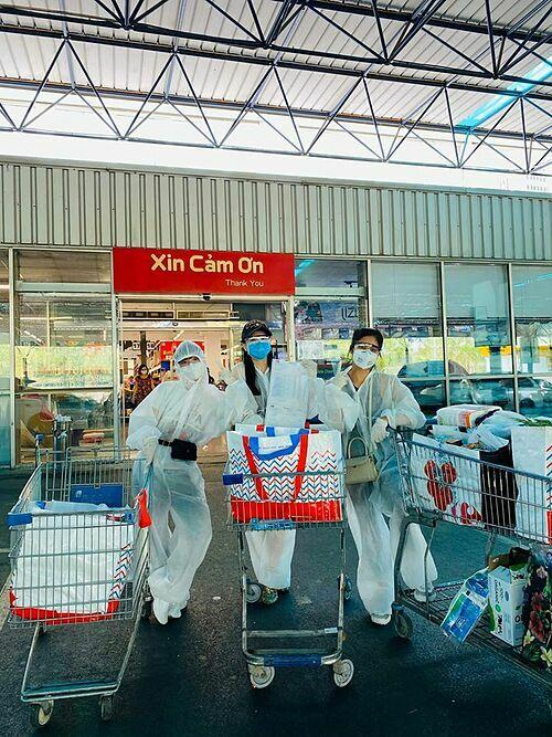 Trà My Idol và những người bạn mặc đồ bảo hộ kín mít khi đi siêu thị.