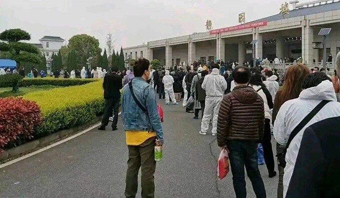 Người dân xếp hàng trước nhà hoả táng Hán Khẩu, Vũ Hán, Trung Quốc để chờ nhận tro cốt thân nhân hôm 27/3. Ảnh: Weibo.