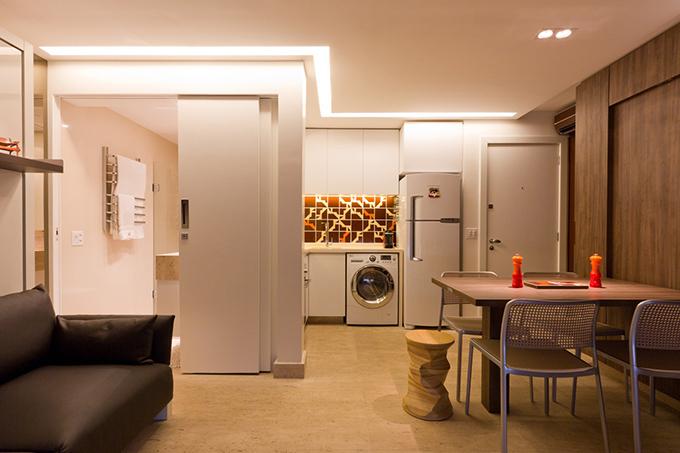 Khu bếp được lát gạch màu sắc, một yếu tố đặc trưng trong phong cách nhà ở Brazil, tạo nên sự tương phản với các tông màu chủ yếu của không gian.