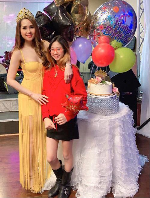 Minh Thư và con gái 11 tuổi.