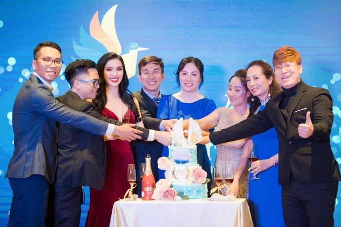 Vợ chồng chị Nancy (giữa) trong một sự kiện nội bộ của hiệp hội doanh nhân có ca sĩ Sỹ Luân (phải) tham gia.