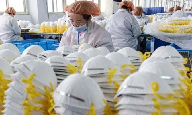 Bên trong một nhà máy sản xuất khẩu trang y tế ở Trung Quốc. Ảnh: FT.