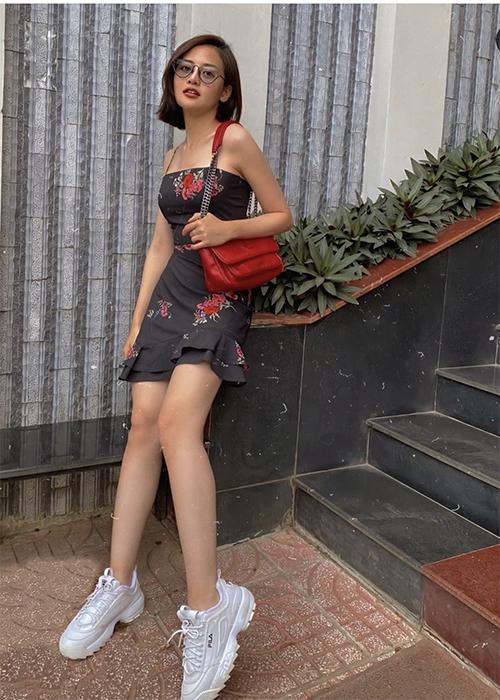 Thuỳ Anh trẻ trung và xinh xắn với set đồ gồm áo hai dây đồng điệu chân váy ngắn, sneaker và túi đeo chéo ăn ý sắc màu với trang phục.