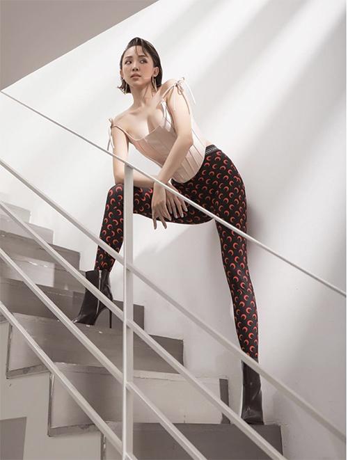 Tóc Tiên tạo dáng cá tính khi diện áo corset màu nude cùng quần leggin in hoạt tiết mặt trăng độc đáo.