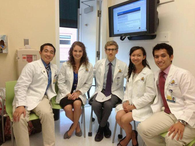 Bác sĩ Trinh (thứ hai, từ phải sang) cùng các đồng nghiệp tại Bệnh việnNew York-Presbyterian ở thành phố New York, Mỹ. Ảnh: NVCC.
