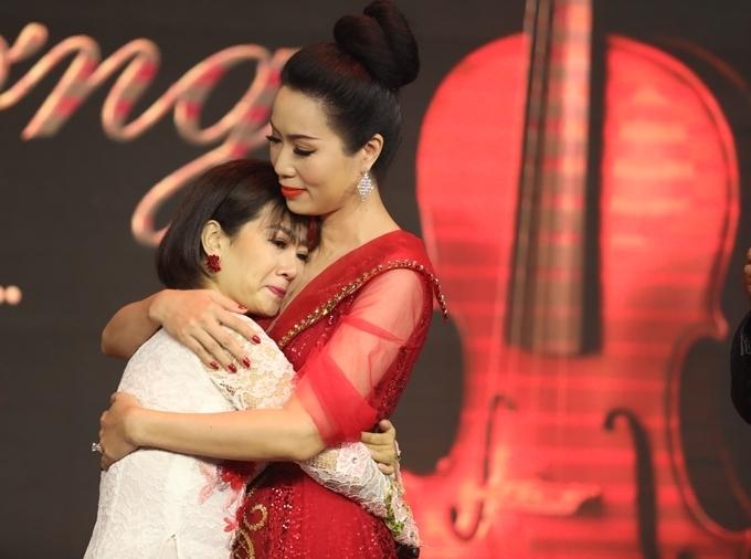 Mai Phương bên NSƯT Kim Chi trong đêm nhạc ủng hộ con gái đạo diễn Đỗ Đức Thành hồi tháng 4/2019.