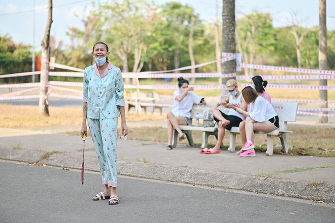 Từ ngày vào khu cách ly, Võ Hoàng Yến học thêm được một môn thể thao mới là cầu lông. Cô hào hứng luyện tập mỗi ngày một tiếng vào các buổi sáng.