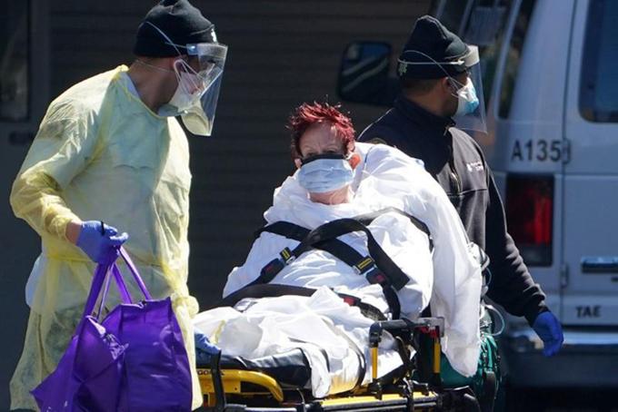 Bệnh nhân Covid-19 được đưa đi cấp cứu tại một bệnh viện ở thành phố New York. Ảnh: Reuters.