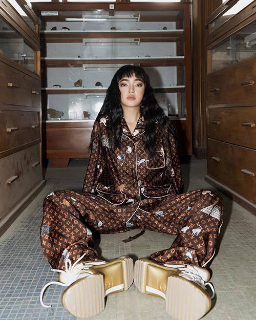 Châu Bùi mix giày sneaker đế thô với mẫu pyjama có giá 3.600 USD của Louis Vuitton. Đây là bộ đồ ngủ đắt đỏ được nhiều sao thế giới yêu thích.