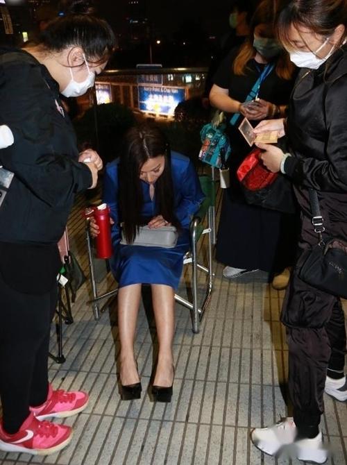 Tháng 12/2019, trong chuyến du lịch tới Nhật Bản trượt tuyết, Đằng Lệ Minh không may bị ngã cầu thang, dẫn đến gãy xương sườn. Tuy vết thương chưa hoàn toàn lành lại, cô đã trở lại đóng phim từ tháng trước. Thấy nhiều người lo lắng vì mình mang giày cao gót, nữ diễn viên trấn an mọi người rằng cô đang hồi phục tốt, chỉ hơi khó khăn trong một vài động tác. Cô cũng kể thêm, đoàn phim cắt bớt các cảnh quay hành động để đảm bảo an toàn cho cô. Dù vậy, Đằng Lệ Minh vẫn mong muốn được thực hiện các cảnh đánh võ trên màn ảnh.
