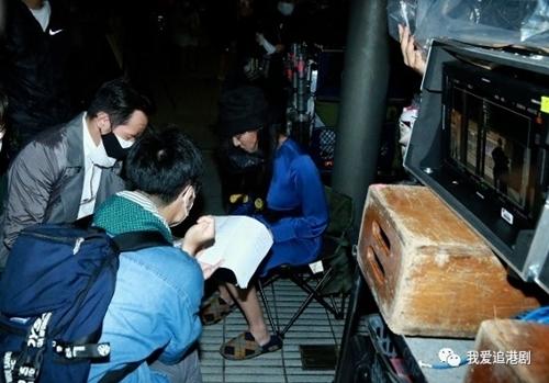 Đằng Lệ Minh đội mũ có màn chắn, Trần Hào đeo khẩu trang trong lúc ôn lại kịch bản.