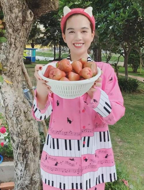 Trong thời gian ở nhà tránh dịch, Ngọc Trinh thích thực hiện các video hài chia sẻ về cuộc sống đời thường của mình. Mỗi khi lên sóng, cô đều chọn các mẫu pyjama cute.