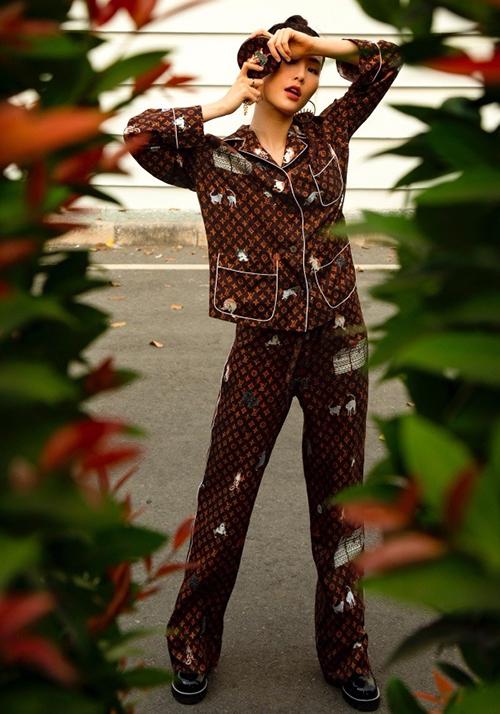 Diễm My 9x phối phụ kiện ton-sur-ton với mẫu pyjama có giá gần 100 triệu đồng.