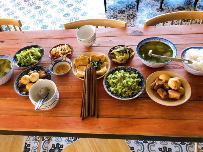 Ngoài ra, bạn có thể đặt cơm trưa tại tiệm. Thực đơn gồm các món Việt quen thuộc, nấu vừa miệng, đưa cơm.
