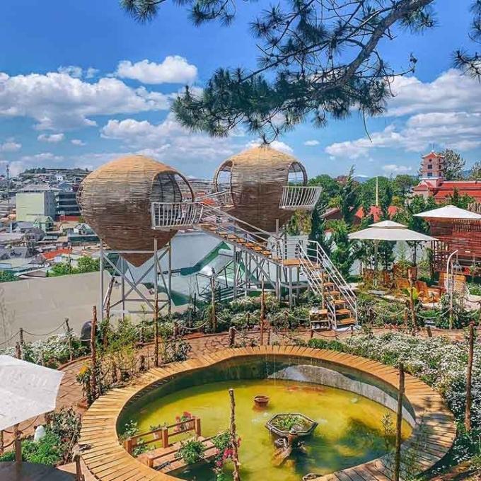 Khuôn viên quán dựng nhiều tiểu cảnh cho khách chụp ảnh. Giữa sân là hồ nước nhỏ, cùng hai tổ chim trên cao cung cấp đủ góc sống ảo. Khách vãng lai phải mua vé vào cổng 50.000 đồng, bao gồm nước uống.