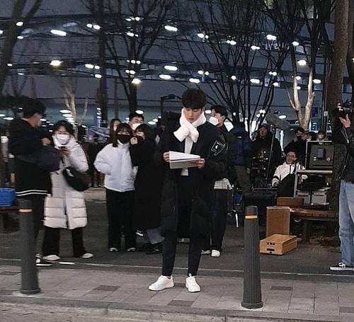 Ji Chang Wook đọc lại kịch bản trước khi vào cảnh quay.