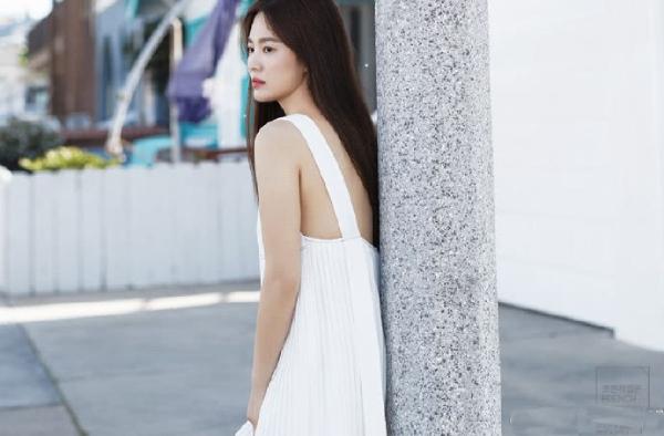 Người đọc trang QQ nhận xét Song Hye Kyo dường như không thay đổi nhiều so với thời đóng Trái tim mùa thu, ngoại trừ việc gầy hơn đôi chút.