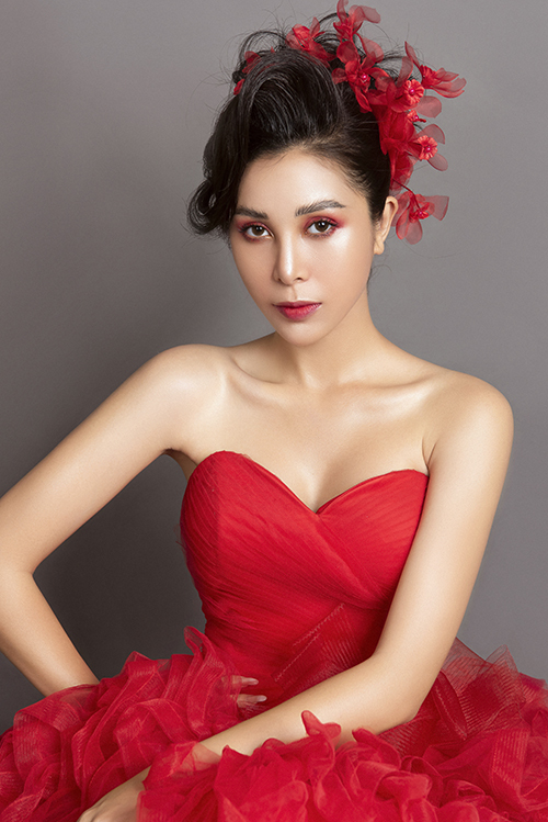 3. Makeup tông đỏChuyên gia vẫn áp dụng cách trang điểm glow skin, giúp diện mạo cô dâu tươi trẻ. Anh chọn phấn mắt, son tiệp màu.