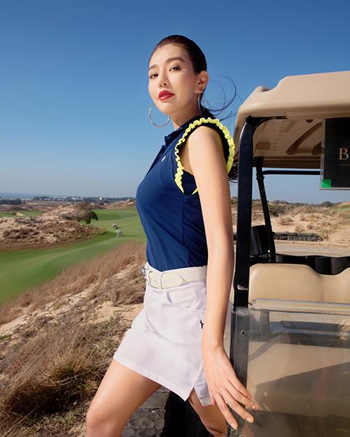 Chân váy (short) kết hợp với áo phông là cách phối đồ quen thuộc của chị em khi chơi golf. Sự điệu đà được nhấn nhá ở chi tiết tay áo hay thắt lưng ton sur ton với váy giúp người mặc trở nên phong cách hơn.