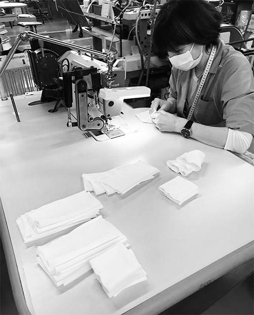 Dòng thời trang Emporio Armani thuộc thương hiệu Giorgio Armani cũng bắt tay vào sản xuất khẩu trang kháng khuẩn và đồ bảo hộ.