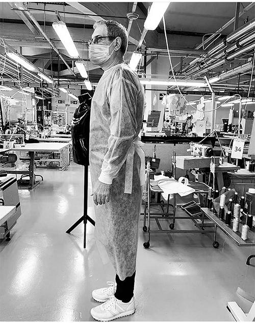 Trang phục bảo hộ và khẩu trang y tế của Emporio Armani được kiểm tra kỹ về phom dáng trước khi sản xuất hàng loạt.