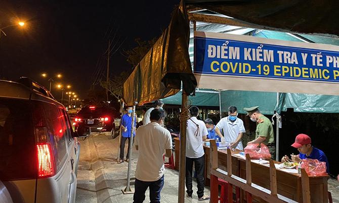Chốt kiểm tra người đi vào tỉnh Quảng Nam tối 31/3. Ảnh: Sơn Thủy.