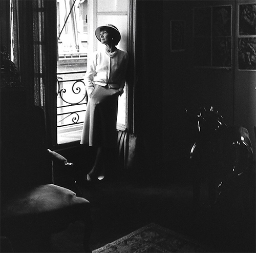 Hôm 29/3, thương hiệu thời trang huyền thoại của Pháp - Chanel cũng bắt tay vào việc sản xuất khẩu trang. Đặc biệt, họ còn gây ấn tượng mạnh mẽ với thông điệp By the window, kêu gọi mọi người ở nhà tránh dịch,