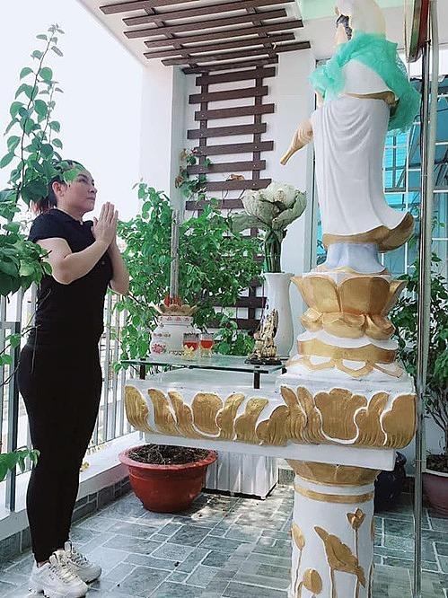 Phi Nhung cầu mẹ Quan Thế Âm tháng 4 cho đất nước và thế giới bình an, vượt qua đại dịch.