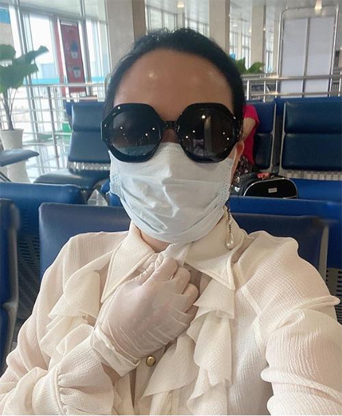 Phượng Chanel trang bịkín mít khi phải đi máy bay mùa dịch.