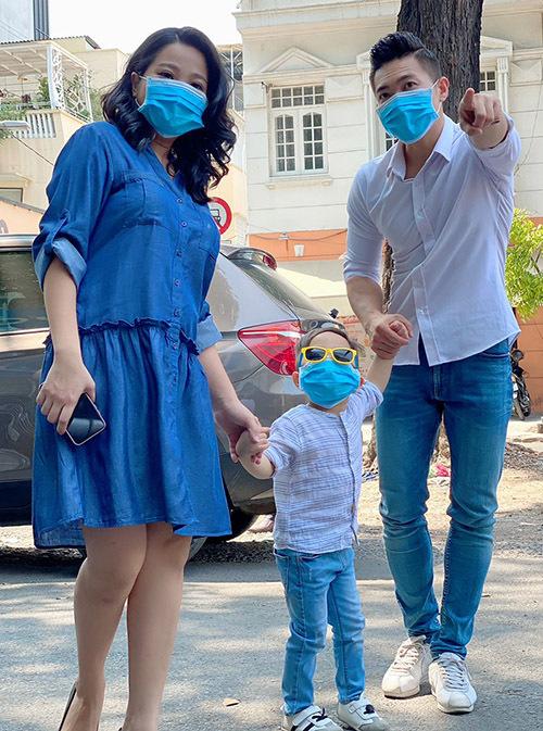 Gia đình Hồng Phượng đeo khẩu trang mỗi lần ra khỏi nhà. Én vàng 2006 cho biết sức khoẻ cô đã bình phục sau hơn một tháng sinh con thứ hai.