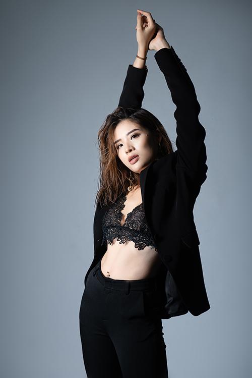Suit tối màu còn được Phan Hoàng Thu kết hợp với bra-top ren đồng điệu vẻ gợi cảm.