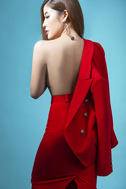 Người đẹp ưa thích phong cách gợi cảm, không ngại khoe đường cong khi cởi áo và khoác hờ một bên vai.