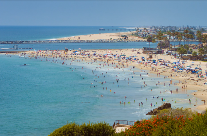 Là thị trấn sát biển, Corona sở hữu những bãi tắm êm đềm, bãi cát dài, làn nước biển xanh trong. Nơi đây thanh bình, không quá đông du khách như những điểm đến nổi tiếng khác, do đó, là nơi nghỉ dưỡng thích hợp cho những ai yêu thích không thích sự ồn ào.
